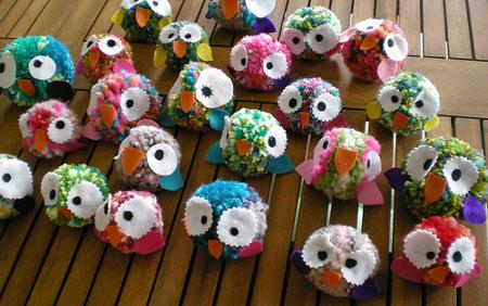 Pompones de lana muy divertidos la cajita azul de roc o - Trabajos artesanales para hacer en casa ...